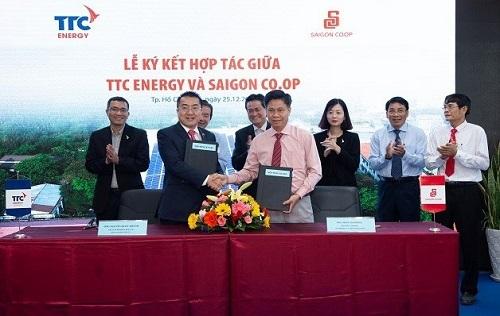 ÔngTrần Lâm Hồng -Phó Tổng Giám đốcSaigon Co.op (hàng trên, bên phải) và ông Nguyễn Quốc Khánh -Chủ tịch HĐQT TTC Energytại lễ ký kết.
