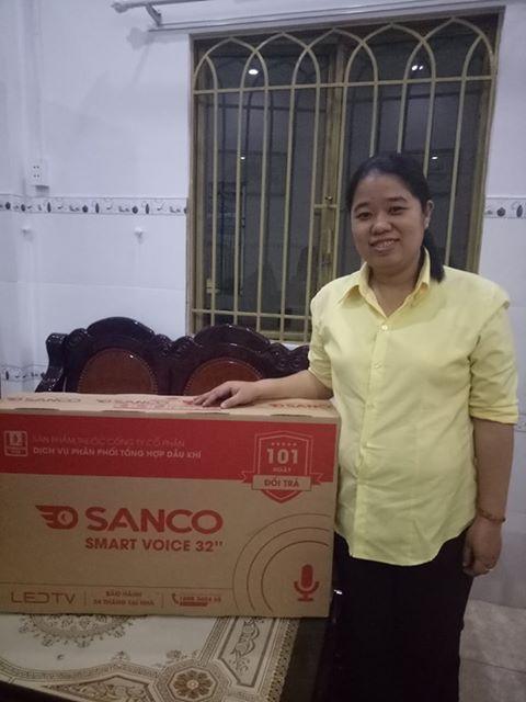 Chị Trần Nguyễn Minh Tân (Bình Chánh) bên chiếc tivi Sanco được trao tặng