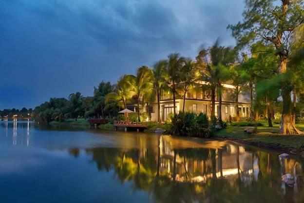 Không gian sống nhiều cây xanh bên mặt nước của biệt thự đảo Ecopark Grand -The Island.