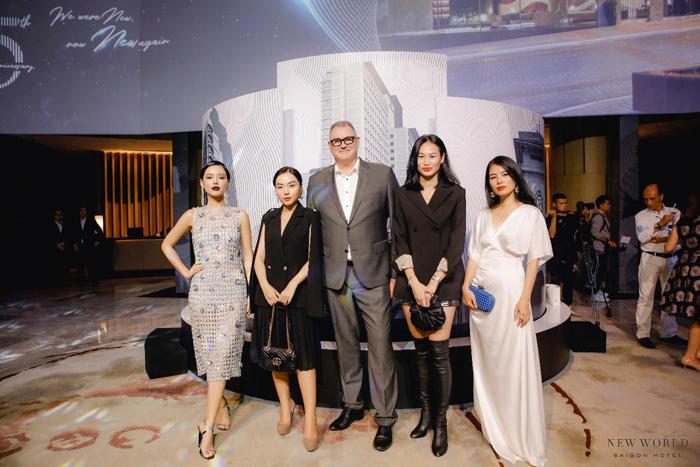 Người mẫu Khánh Linh The Face, beauty/travel blogger Hà Trúc, Fashionista Thanh Trúc đến chúc mừng khách sạn New World Sài Gòn nhân kỷ niệm 25 năm thành lập.