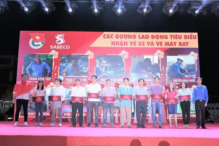 Đại diện Sabeco và TW Đoàn TNCS Hồ Chí Minh trao những tấm vé máy bay, vé xe khách đầu tiên cho người lao động, hôm 10/1.