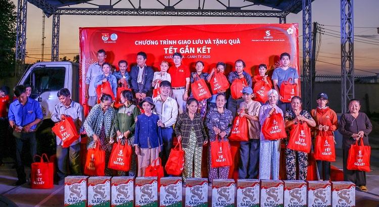 Đại diện Sabeco và Tỉnh đoàn Khánh Hòa trao quà cho các hộ nghèo tại Khánh Hòa.
