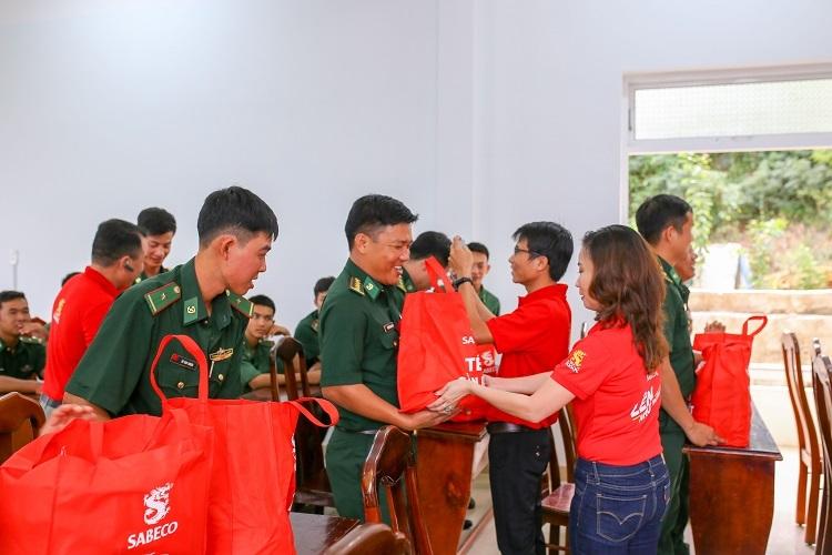 Đại diện Sabeco trao quà Tết cho các chiến sĩ bộ đội biên phòng Ninh Hòa và Vân Ninh, tỉnh Khánh Hòa.