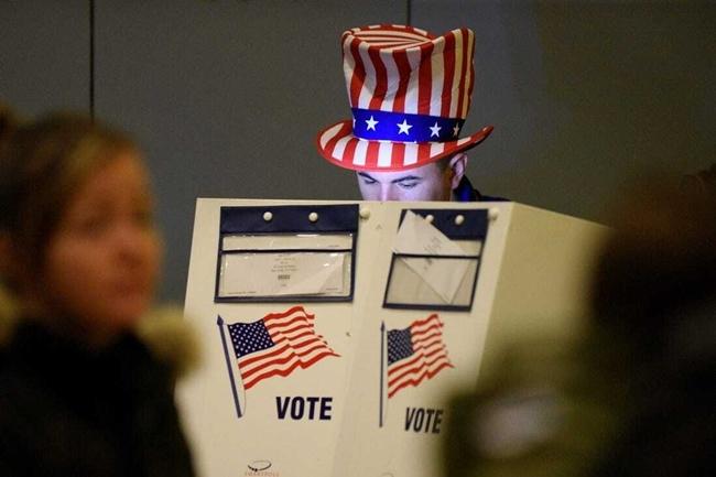 Cử tri Mỹ tại một điểm bỏ phiếu trong kỳ bầu cử năm 2016. Ảnh: Reuters.