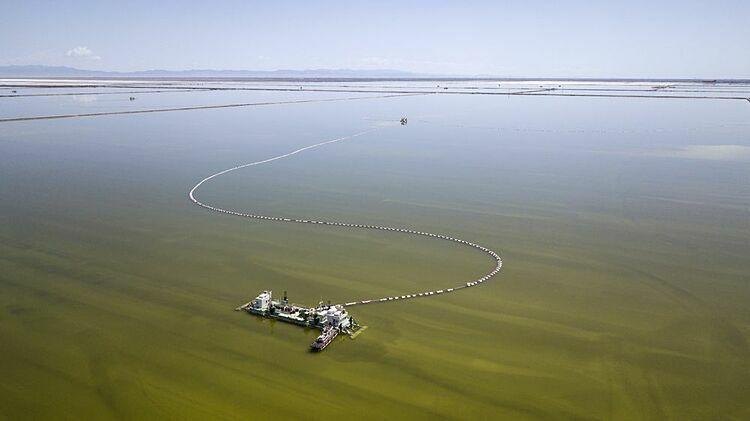 Một xà lan trên bể nước muối cô đặc do Qinghai Salt Lake Industry vận hành. Ảnh: Bloomberg