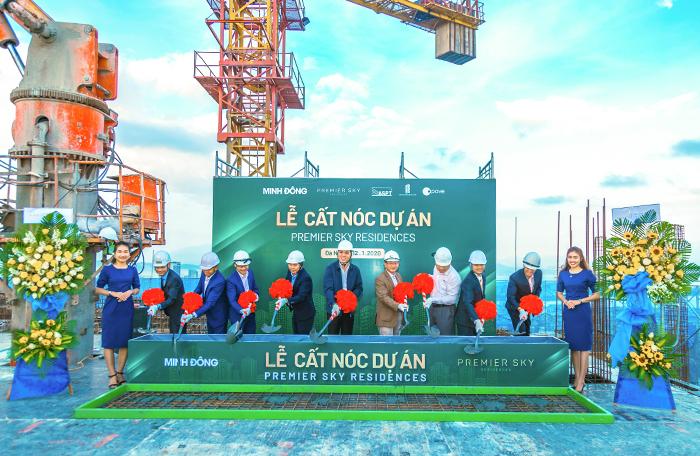 Đại diệnchủ đầu tư Minh Đông cùng các đối tác thực hiện nghi thức cất nóc dự án.