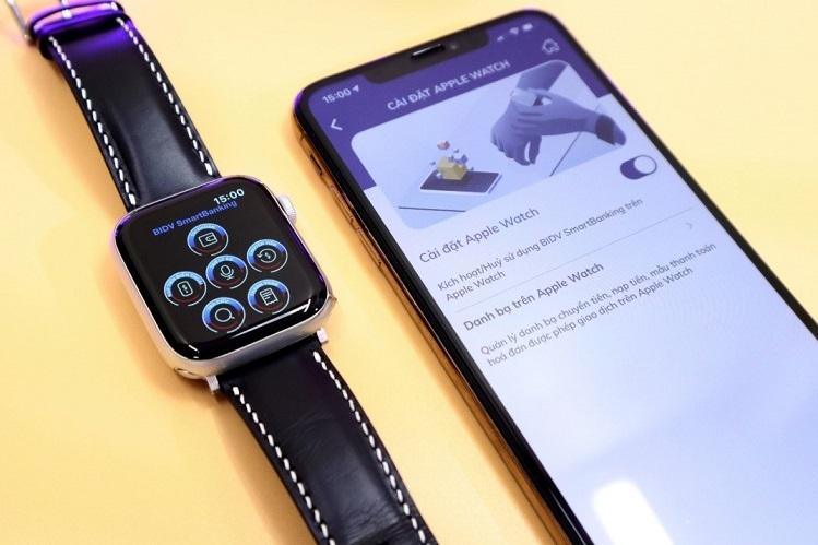 Kết nối ứng dụng trên điện thoại di động iPhone và đồng hồ Apple Watch để sử dụng.