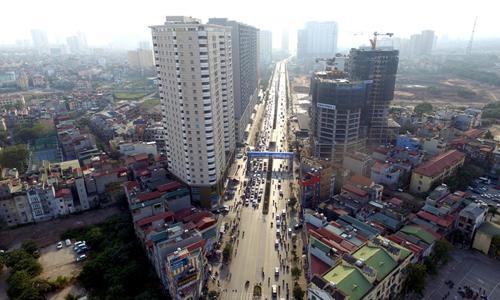 Một tuyến đường có nhiều dự án chung cư tại Hà Nội. Ảnh: Giang Huy