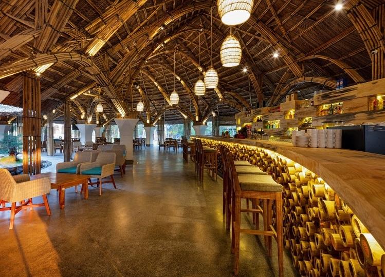 Coffee Teza thuộc Stelia Beach Resort - một trong những điểm đến thu hút du khách và người dân địa phương nhờ kiến trúc độc, lạ làm từ tre.