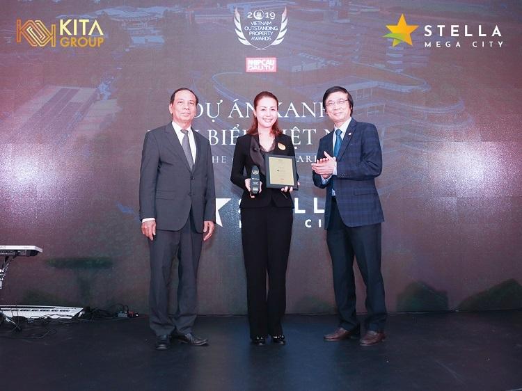 Bà tên - chức danh đại diện cho doanh nghiệp nhận giải thưởng tại sự kiện.