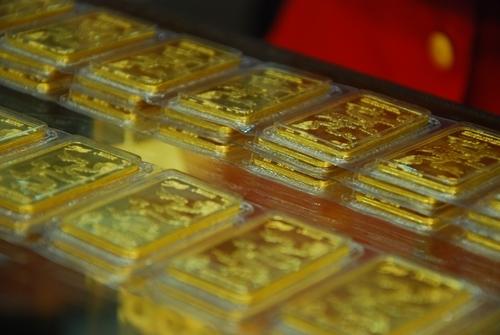 Giao dịch vàng miếng tại doanh nghiệp vàng ở TP HCM. Ảnh: PV.