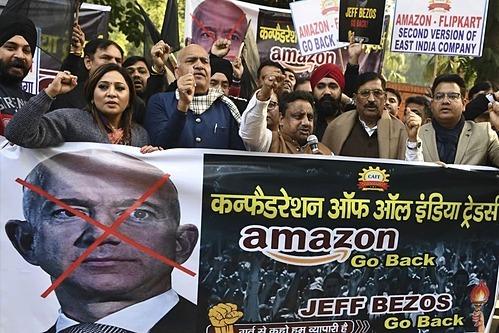 Biểu tình phản đối tỷ phú Jeff Bezos tạiNew Delhi hôm 15/1. Ảnh: AFP