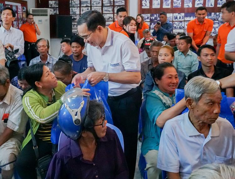 Đại diện Sacombank trao quà cho các hoàn cảnh khó khăn tại Campuchia.