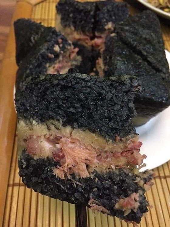 Bánh chưng đen được làm từ nếp nương. Ảnh: ĐT.