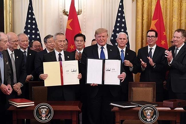Phó thủ tướng Trung Quốc Lưu Hạc và Tổng thống Donald Trump tại lễ ký thoả thuận thương mại giai đoạn 1. Ảnh: AFP