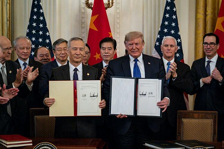 Tổng thống Mỹ Donald Trump và Phó thủ tướng Trung Quốc Lưu Hạc trong buổi ký kết hôm qua. Ảnh: NYT