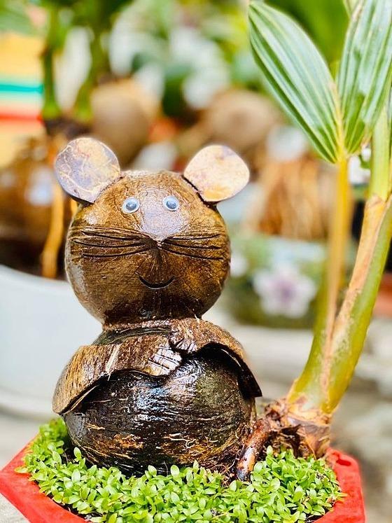 Chậu cảnh chú chuột ngồi vui vẻ. Ảnh: Hồng Quân.