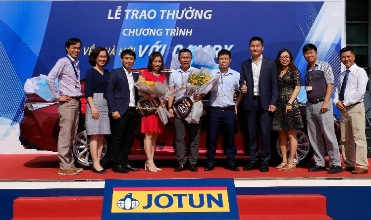 Đại diện Jotun trao giải đặc biệt - ôtô Camry cho khách hàng tại nhà máy của công ty.