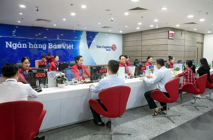Khách giao dịch tại ngân hàng Bản Việt.
