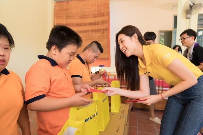 Hoa hậu Hoàn vũ Việt Nam2019 trao quà cho các em nhỏ Làng Hòa Bình (tỉnh Tây Ninh)