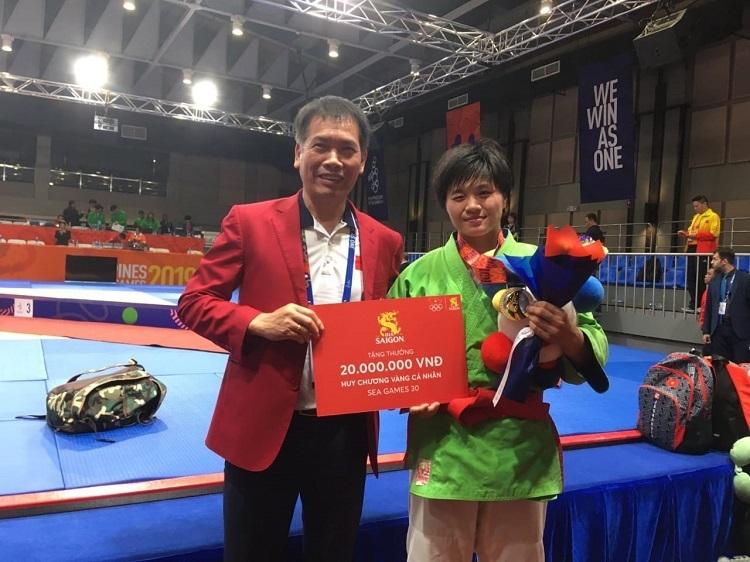 Ông Trần Đức Phấn – Trưởng đoàn thế thao VN thay mặt Bia Saigon trao thưởng cho VĐV Kurash Nguyễn Thị Lan.
