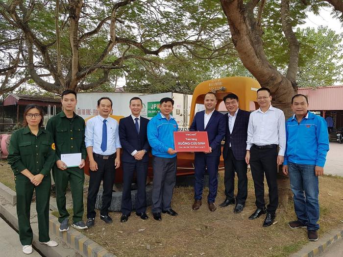 Đại diện VietCredit trao tặng bộ xuồng cứu sinh cho Liên đội Thanh niên Xung phong Hải Phòng.