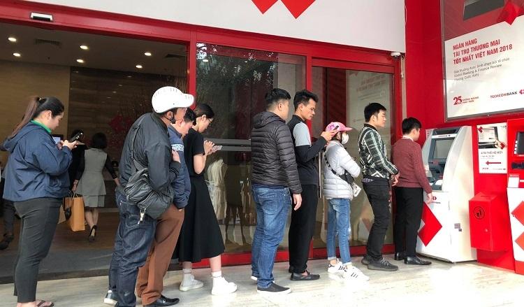 Người dùng xếp hàng rút tiền tại ATM ngày 27 Tết. Ảnh: Anh Tú.