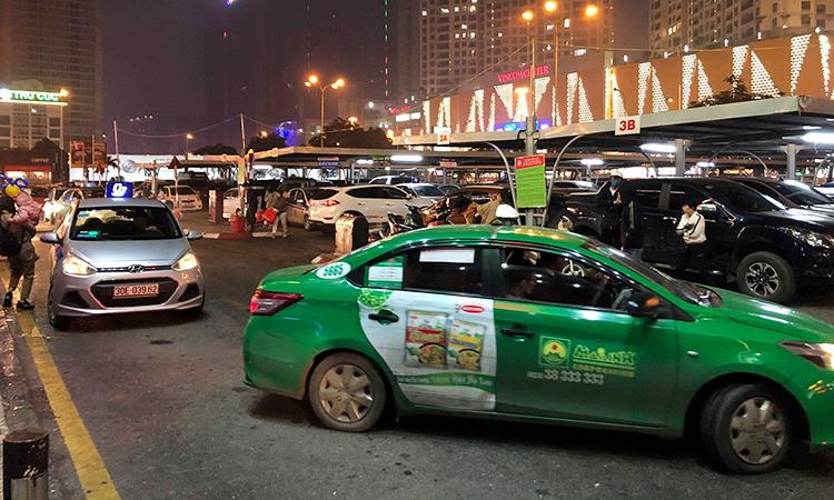 Taxi đón khách trước một siêu thị trên phố Trần Duy Hưng tối 25 tháng Chạp. Ảnh: Anh Tú