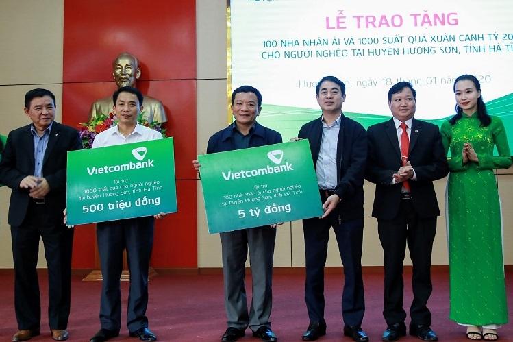 Ông Nghiêm Xuân Thành (thứ ba từ phải sang) và ông Trần Phúc Cường - Phó Chủ tịch thường trực Công đoàn Vietcombank trao biểu trưng tiền và quà cho đại diện huyện Hương Sơn, Hà Tĩnh.