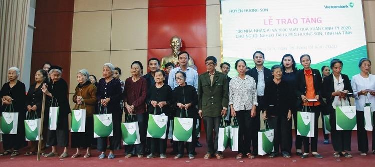Ông Nghiêm Xuân Thành cùng đại diện lãnh đạo tỉnh Hà Tĩnh tặng quà Tết cho hộ nghèo, hộ cận nghèo trên địa bàn huyện Hương Sơn, tỉnh Hà Tĩnh.