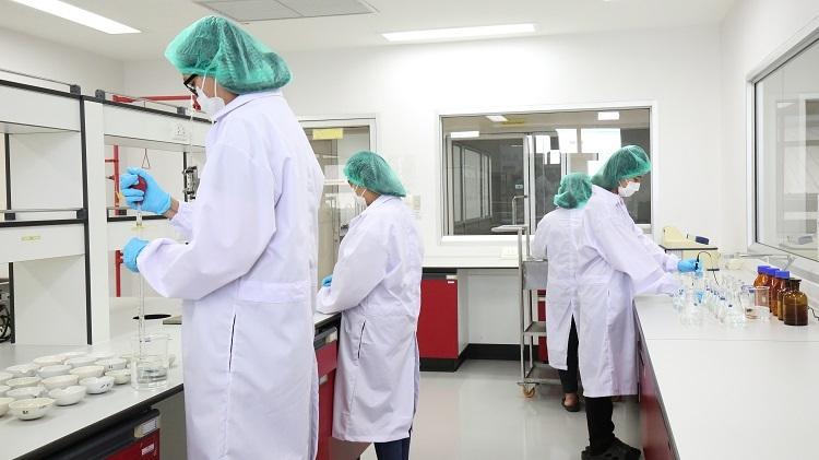 Cácchuyên viên tại phòng thí nghiệm trong nhà máy Fitne (Thái Lan).