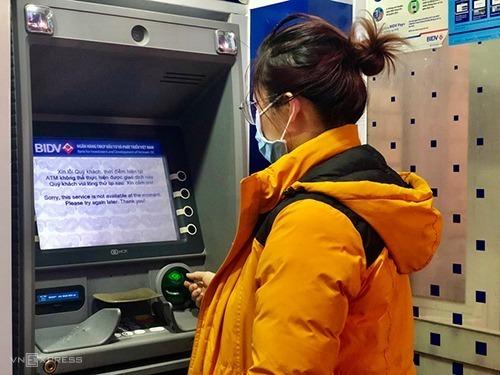 Máy ATM của một ngân hàng thông báo ngừng hoạt động những ngày sát Tết. Ảnh: Quỳnh Trang