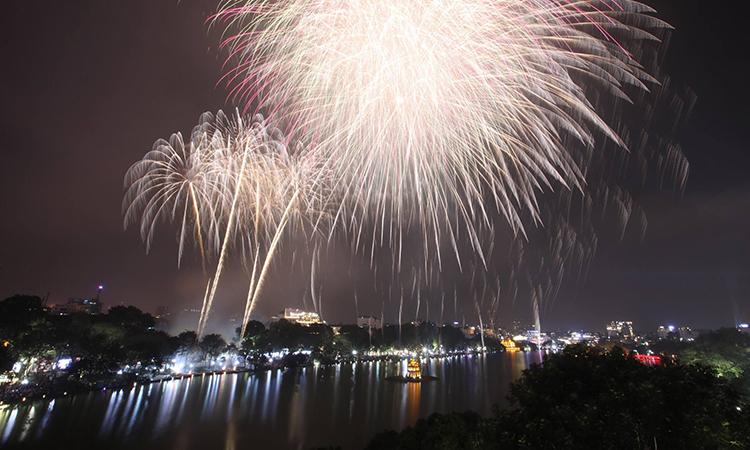 Pháo hoa tầm cao tại Hồ Gươm. Ảnh: Giang Huy