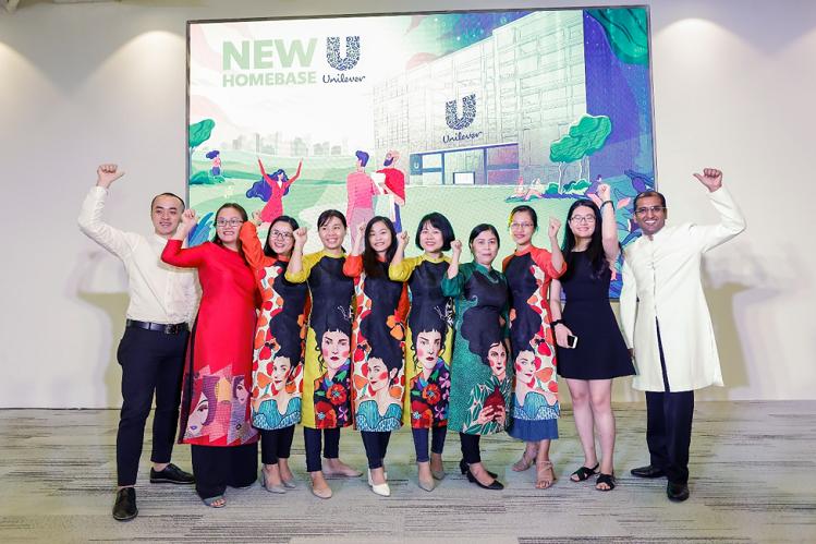 Đội ngũ Unilever Việt Nam mừng trụ sở văn phòng mới.