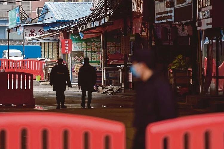 Lực lượng an ninh tuần tra tại chợ bán buôn hải sản ở Vũ Hán. Ảnh: AFP