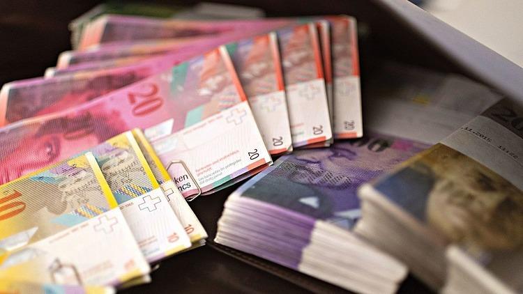 Một số mệnh giá của tiền franc Thụy Sỹ. Ảnh: Bloomberg