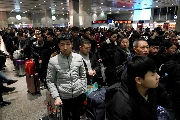 Hành khách chờ tàu tại Bắc Kinh để về quê ăn Tết vào ngày 10/1/2020. Ảnh: Reuters