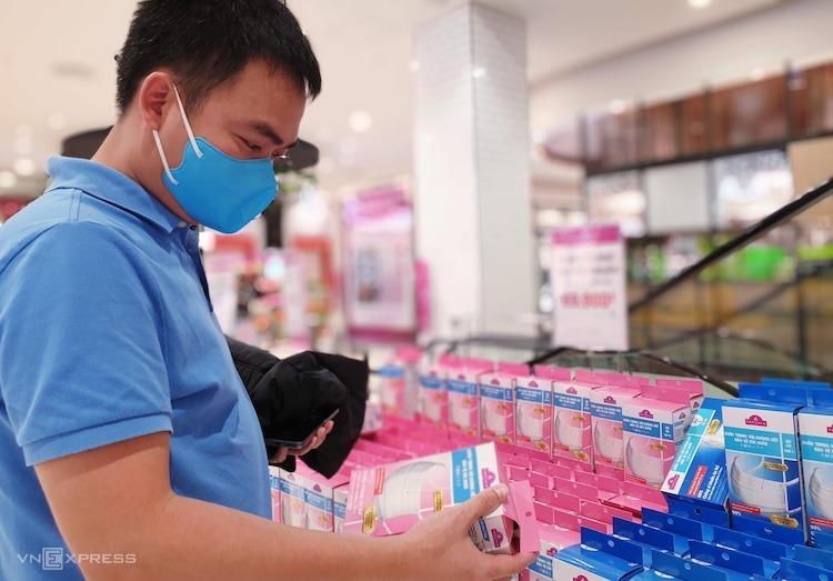 Một nam khách hàng chọn mua khẩu trang tại siêu thị. Ảnh: Minh Anh