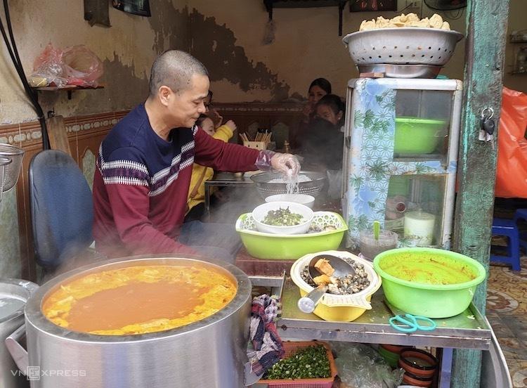 Quán bún riêu ốc trên đường Lê Lợi (Hà Đông, Hà Nội) mở cửa từ sáng ngày mùng 2 Tết. Ảnh: Trung Quang