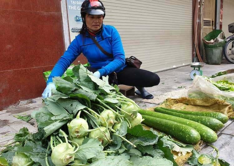 Một gánh hàng rau bán sớm tại chợ Hà Nội. Ảnh: Trung Quang