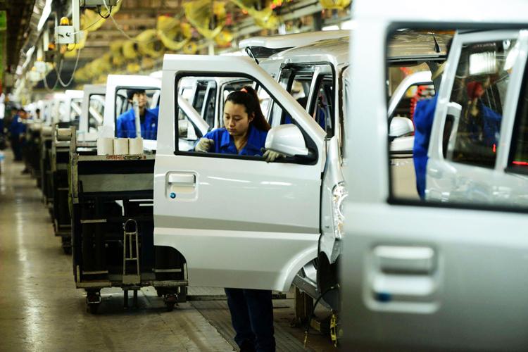 Công nhân làm việc tại một nhà máy sản xuất ôtô của GM tại Trung Quốc. Ảnh: AFP.