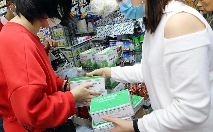 Người dân mua khẩu trang tại một hiệu thuốc ở Mong Kok (Hong Kong). Ảnh: SCMP