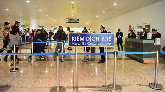 Khách nhập cảnh Việt Nam qua chốt kiểm dịch y tế ở sân bay Nội Bài. Ảnh: Giang Huy.