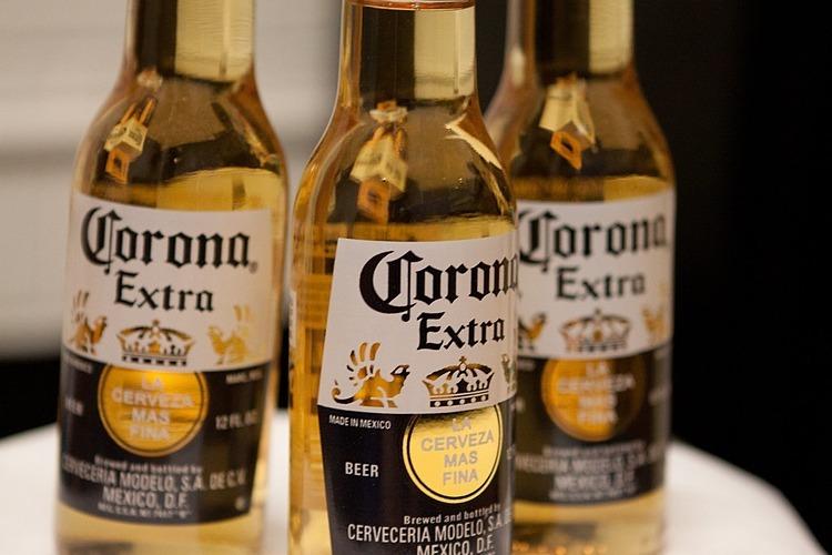 Cùng là Corona nhưng tên hiệu bia có trước tên chủng virus khoảng 4 thập niên. Ảnh: Jirka Matousek