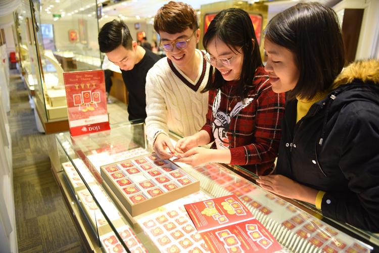 Khách hàng mua vàng tại cửa hàng DOJI.