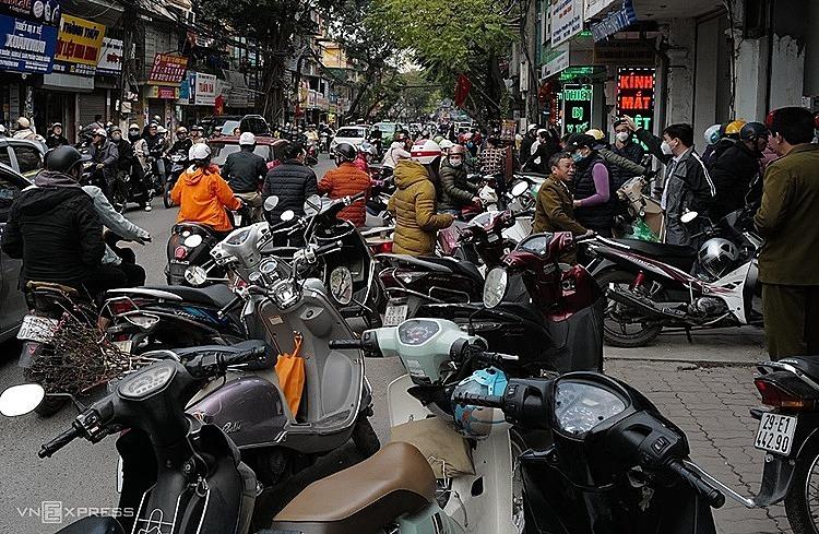 Dàn xe máy trước các cửa hàng thiết bị y tế trên phố Phương Mai để mua khẩu trang. Ảnh: Ngọc Thành.