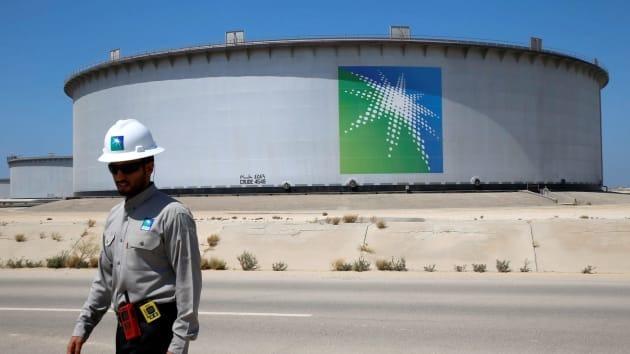 Nhân viên Aramco đi bộ gần một bể chứa dầu tại nhà máy lọc dầu Ras Tanura của Saudi Aramco tạiSaudi Arabia. Ảnh: Reuters