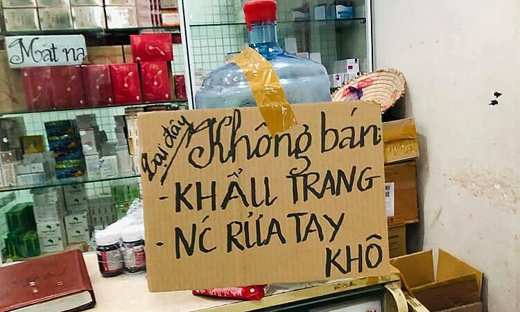 Một loạt cửa hàng tại chợ thuốc Hapulico (Thanh Xuân, Hà Nội) thông báo không bán khẩu trang. Ảnh: Anh Tú.