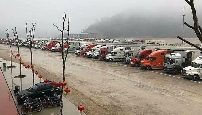 Hơn 200 container thanh long đang ùn ứ ở cửa khẩu Tân Thanh ngày 4/2. Ảnh: Hải quan Lạng Sơn