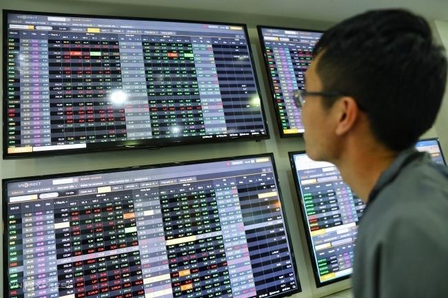 Nhà đầu tư theo dõi bảng điện tử tại một sàn giao dịch TP HCM. Ảnh: Hữu Khoa.